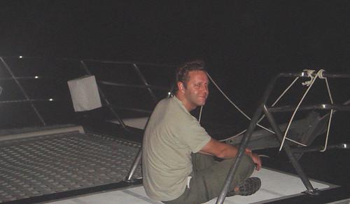 Guiando el catamarán en la madrugada