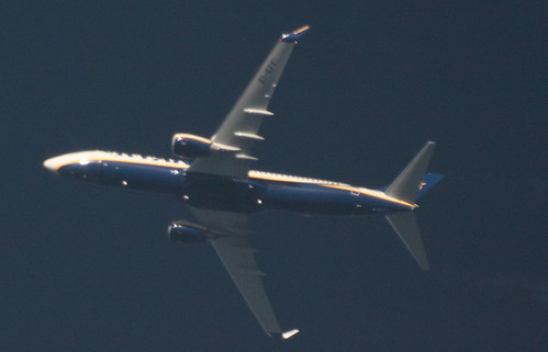 Ryanair Boeing B737-800 EI-EFF with contrails