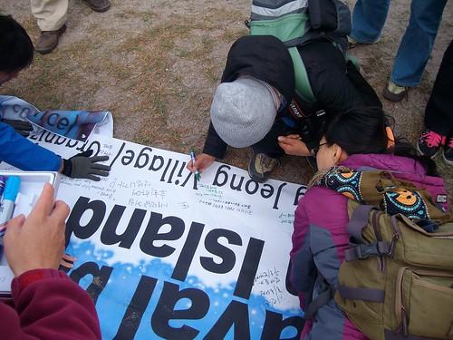 來自首爾的旅客在抗議布條上留下訊息
