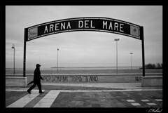 Arena del Mare ({Fabio}) Tags: sea italy man canon 350d mare bn uomo inverno pescara arenadelmare