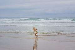 Desconocida entre arena y olas. (www.rojoverdeyazul.es) Tags: autor álvaro bueno españa spain summer verano mar sea océano ocean atlántico atlantic chica girl mujer woman rubia blond
