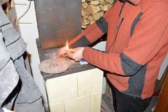 2017_Szentes_9822 (emzepe) Tags: 2017 február tél szentes feriéknél sáfrán mihály utca hungary ungarn hongrie kályha cserépkályha ceramic oven heating tüzelés fűtés fire tűz meggyújtani gyufa match light up