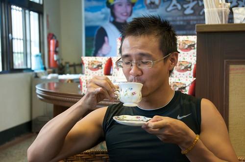 你拍攝的 景舜示範貴婦喝茶法。