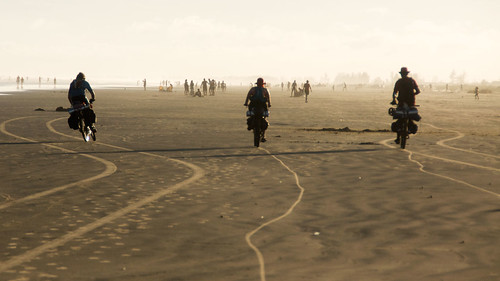 Lex, vê e Mario deixando seus rastros na areia