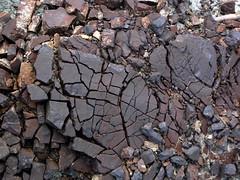 tipico aspetto di un crostone di ossidi di manganese frammentato di colore nero-violaceo  semimetallico VT