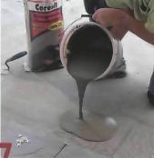 ...приготовить эластичный клей для плитки, в данном случае — добавляя необходимое количество воды