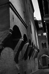 Vicolo (PaolaCerruto) Tags: street italy white house black home italia case bn bologna vicolo paola bianco nero sera divieto grigia cerruto kripax paolacerruto