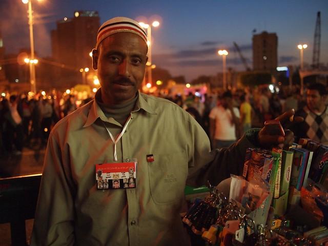 رجل مبتسم في التحرير مساءا