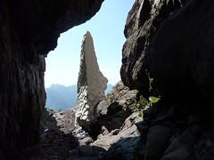 Au couloir central du Tafonatu : le névé en proue de navire depuis la grotte