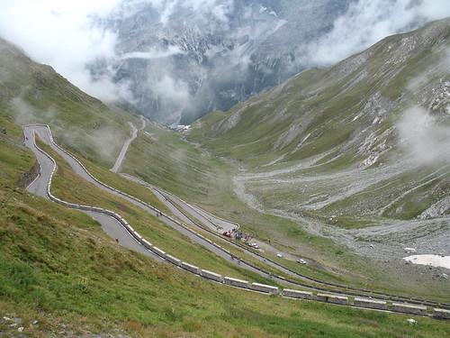 Die hochalpine Strasse zieht sich über insgesamt 44 Kehren bis auf den Pass