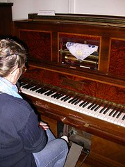 Pianosmécaniques02- Modèle à pédales et soufflets de C.Laurent-Paris (Geher) Tags: france radio de son musée sound museums orgues yonne enregistrement barbarie cylindres tournedisques stfargeau limonaires magnétophones