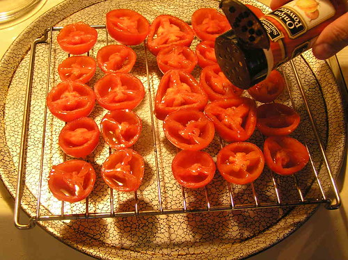 Seasoning Tomatoes for the Food Dryer