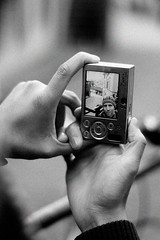 Hands taking pictures 8484 (cramero) Tags: camera portrait bw 50mm photo blackwhite hands foto hand finger fingers grain toque portraiture sw click 18 beanie schwarzweiss mtze tuque kamera blende hnde overtheshoulder kappe apperture klick krnung berdieschulter