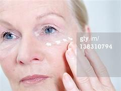 crema idratante (grafico5c) Tags: closeup caucasico curadellapersona soltantounapersona composizioneorizzontale 6064anni solounadonnaanziana