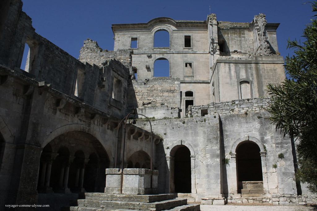 Le nouveau monastère, en ruines, surplombe le cloitre, avec son puits caractéristique