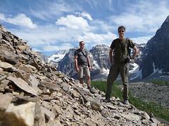Peter and Daniel hiking (Daniel Brennwald) Tags: canada hiking hike alberta lakelouise morainelake