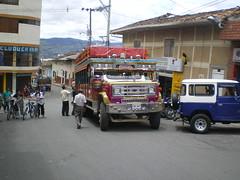 Chiva en Yarumal (crisangoz) Tags: colombia escaleras chiva chivas transporte antioquia transportepublico yarumal antioquiacolombia municipiosantioqueos pueblosantioqueos camionescalera transportecargaypasajeros