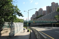 M018 West 181 Street Pedestrian Bridge over Henry Hudson Parkway (northbound), Washington Heights, New York City (jag9889) Tags: park city nyc bridge holiday ny newyork bike buildings puente foot crossing apartment footbridge manhattan bridges pedestrian dot bin ponte parkway biking fourthofjuly pont brücke 2009 greenway washingtonheights fortwashington riversidedrive nycparks wahi departmentoftransportation castlevillage henryhudson hhp m018 y2009 w181street 2229400 jag9889
