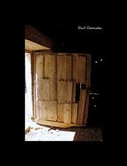 Abr la puerta y... (raulmahon) Tags: door wood old sun sol rural puerta madera sombra shade viejo len castillaylen valderas tierradecampos