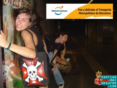 Chicas arrastradas por la ventisca provocada por el metro en el andén de la parada de metro de Tetuan, l2