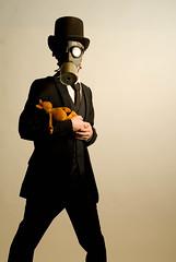 Le chapelier fou (Jordy B) Tags: man hat costume chapeau mad fou homme peluche chaton lewiscarroll cravate trange masquegaz strobist chapelier mrpan aliceaupaysdesmerveilles bofwinner bestofr strobistparis tupueeeeeeeslechattttttttttttttttttttttt