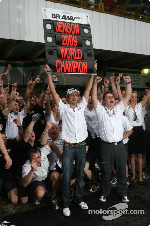 Jenson Button festeja junto a su equipo los dos campeonatos ganados.