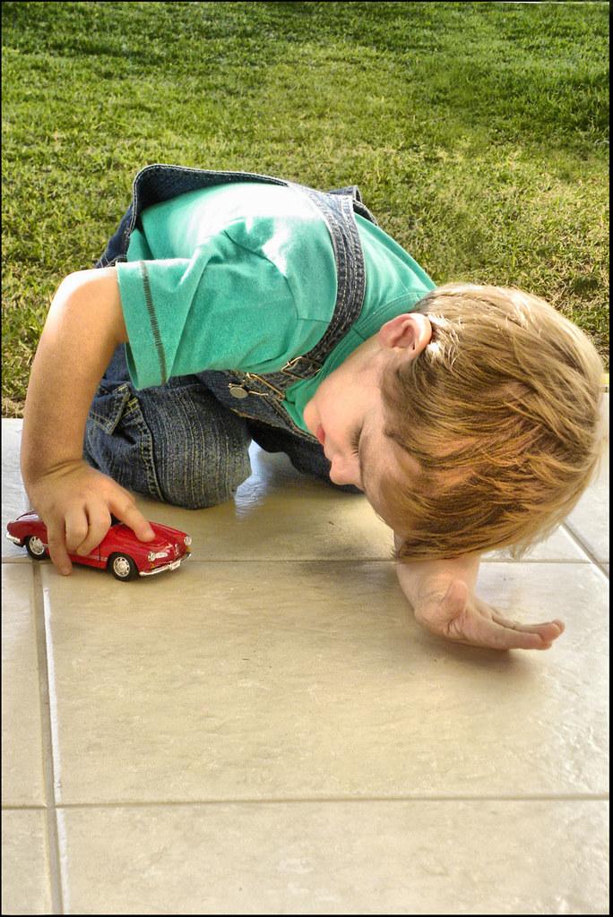 Brincando de carrinho      -       Kid playing a toy car