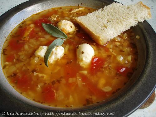 Suppe mit weißen Bohnen, Tomaten, Fenchel und Wachteleiern