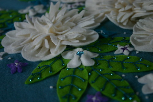 Tutorial: Easy gathered felt flower · Sewing | CraftGossip.com