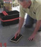 Когда спустя 15 минут раствор впитается, поверхность плитки отмывают специальной губкой