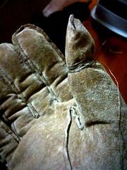 手袋に導電糸巻き付けて、糸を手首まで這わせたら、iPhone使えたよ!今も手袋しながら打ってるよ!