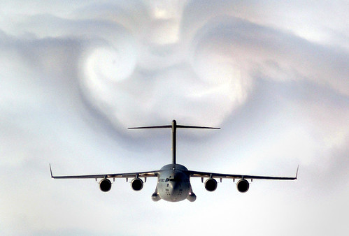 フリー画像| 航空機/飛行機| 軍用機| 輸送機| C-17 グローブマスターIII| C-17 Globemaster III| 飛行機雲|     フリー素材|