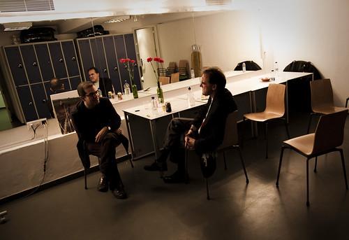 En el camerino, Ricardo Arias charla con Charles Hayward