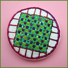 Embroidered button/brooch (Birthine) Tags: broche embroidery brooch button stitching knap bordado stickerei broderie borduren broches broderi brodera embroideredbutton brodere broderetknap