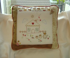 Almofada! (Deda Wickert) Tags: house heart stitch embroidery pillow gato corao patch casinha bordado botes almo0fada catsbottons