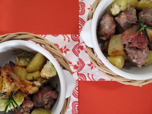 Salsicce, patate e pane arrosto