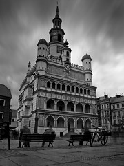Stary Rynek (The Old Market Square) (annabed) Tags: people bw bicycle bench poland olympus townhall poznan e510 nd110 theoldmarketsquare
