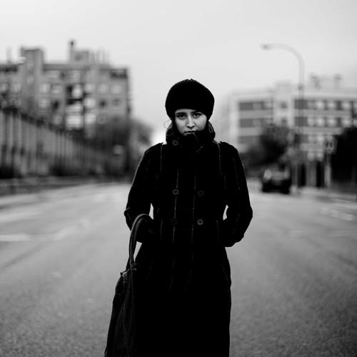 フリー画像| 人物写真| 女性ポートレイト| 白人女性| 帽子| コート| モノクロ写真|     フリー素材|