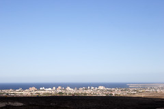 Pto. Madryn desde la meseta / from the plateau (Ostrosky Photos) Tags: above sea summer people urban patagonia beach argentina skyline bay sand view gente playa spot verano distance limit steppe madryn vity puertomadryn veraneo ptomadryn