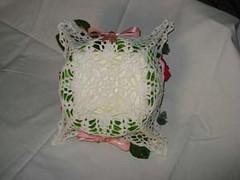 retro cestino all'uncinetto con calle e rose rosse e rosa (uncinetto_patrizia) Tags: cestino alluncinetto e composizione di fiori inamidato con zucchero