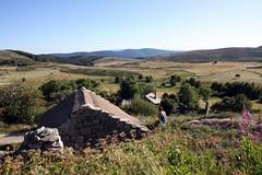 Du village de l'Hôpital sur le Mont Lozère (Cévennes) : Contemplation et toit du moulin en chaume