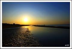 in spiaggia ..al sorgere del sole (Gian Pietro ...) Tags: blue sea sunrise nikon mare alba cielo sole acqua naturalmente d80 nikond80