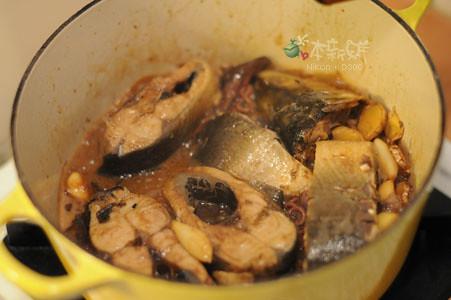 紅燒虱目魚,湯汁收乾中