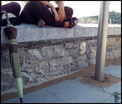 (Mart.*) Tags: sol umbrella nikon playa arena agosto monte nikkor sombrilla paraguas compaia piedra pasvasco descansando d40 uasrojas verano2009 pletxia