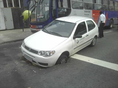 Carro cai no buraco