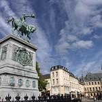 Luxembourg-centre: Place Guillaume II, statue équestre Guillaume II et vue sur le Palais Grand-Ducal