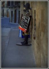386 Olite 2008 Hombre anuncio S.XVI (Alex.Kilem) Tags: world street camera people sculpture españa streets calle spain gente sony images anuncio escultura 2008 imagenes mundo sculptures hombre olite navarra cámara nafarroa aficionado ganas sonydslra100 alexkilem mostrase imagenesdelmundo aficionadosganasmostrarse