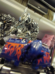 (Dry brushed) Megatron vs (Chrome sprayed) Optimus Prime-47 (kenmoo) Tags: toys actionfigure transformers custom megatron hasbro optimusprime repaint drybrushed chromesprayed