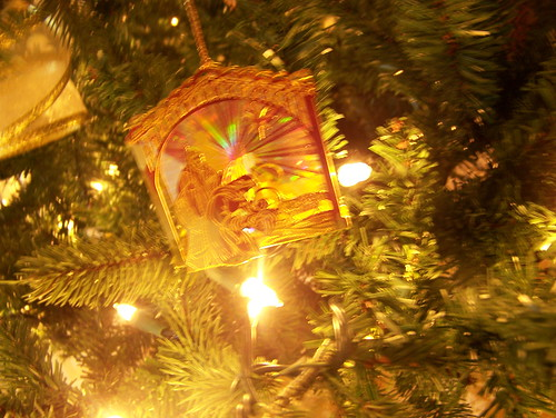 091208 Gold Nativity Ornament01