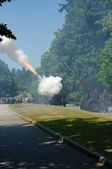 UBIQUE (elvis_hitler2000) Tags: canada vancouver bc britishcolumbia artillery stanleypark canadaday rca aficionados howitzer 21gunsalute 105mmhowitzer royalcanadianartillery hallelujahpoint justpentax 15fieldregiment